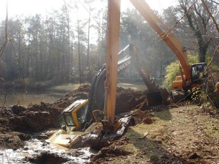 Спасение экскаватора из грязевого плена (10 фото)