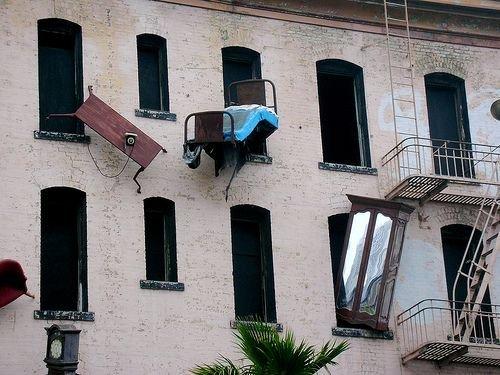 Дом с убегающей мебелью (41 фото)