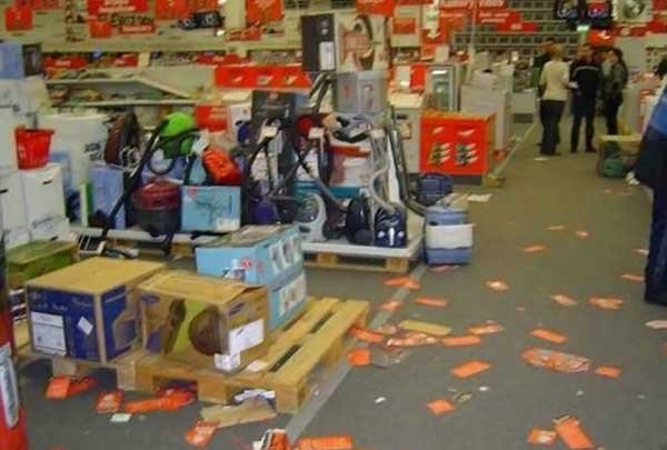 Магазин расплатился за низкие цены (18 фото)