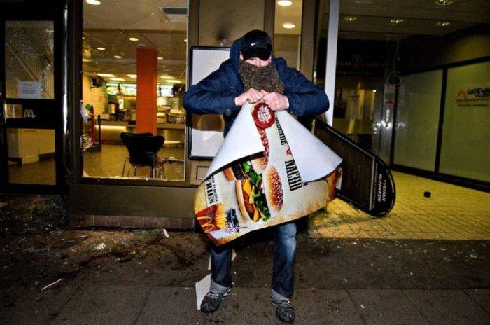 В Норвегии громят Макдональдсы (13 фото)