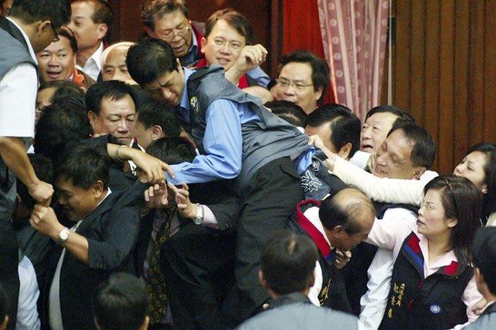 Нелегкая работа депутата (14 фото)
