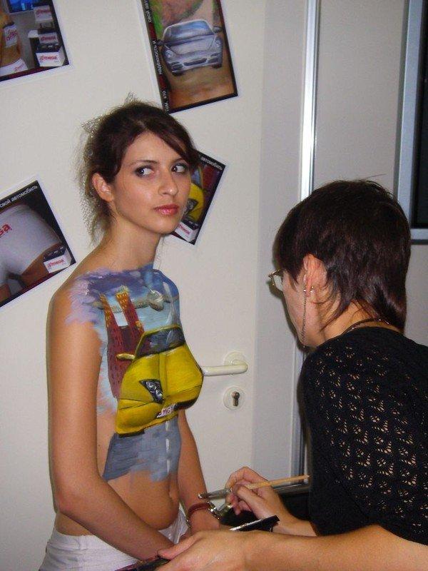 Обнаженные девушки на втовыставках (96 фото)