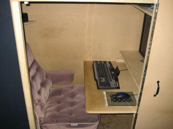 Офис одинокого админа (10 фото)