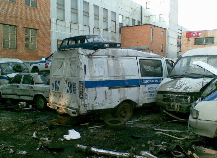 Гладбище милицейских машин (3 фото)