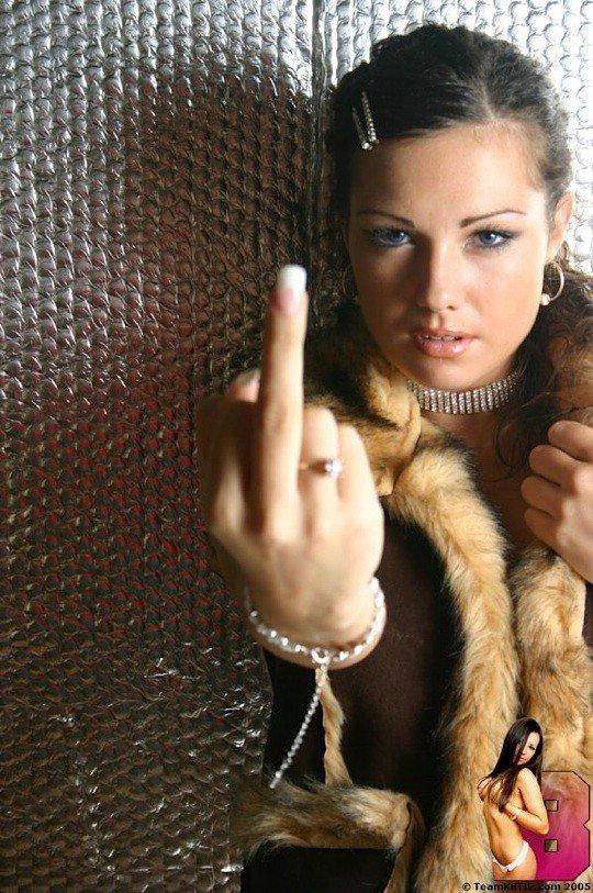 Девушки показывают средний палец (22 фото)