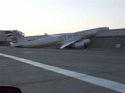 Как раздолбать самолет (10 фото + текст)
