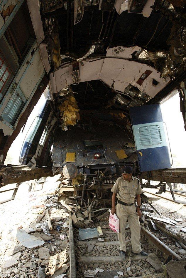 Столкновение поездов в Индии (4 фото)