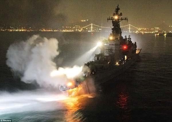 Эсминец протаранил контейнеровоз (7 фото)