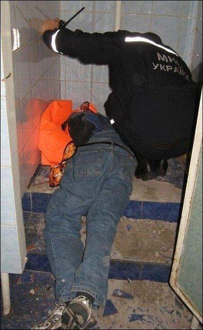 Мужик застрял в унитазе (3 фото)