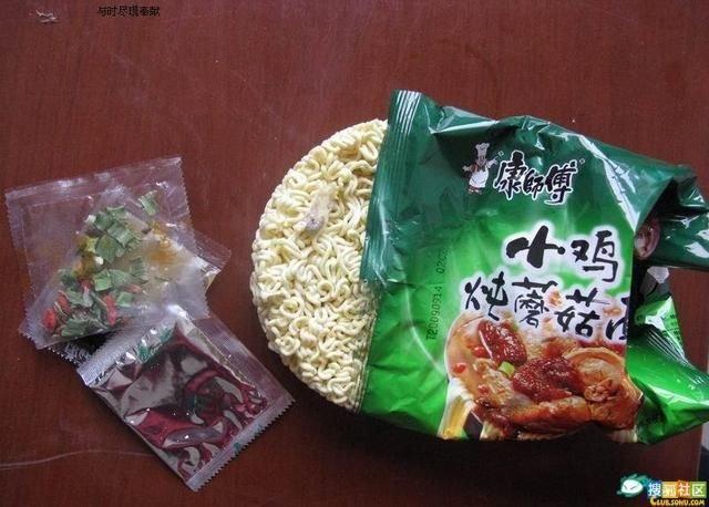 Что можно найти в китайской лапше (6 фото)