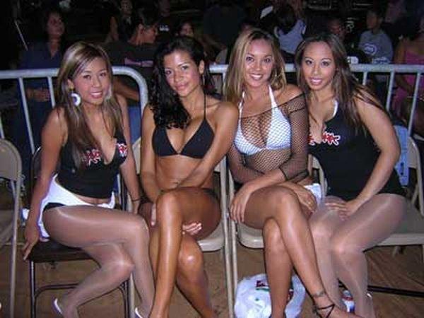 Девушки с табличками (44 фото)