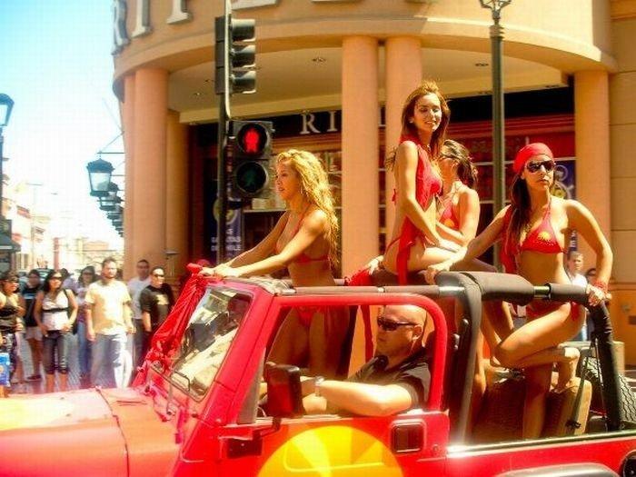 Девушки в бикини (76 фото)
