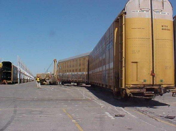 Поезд против машин (20 фото)