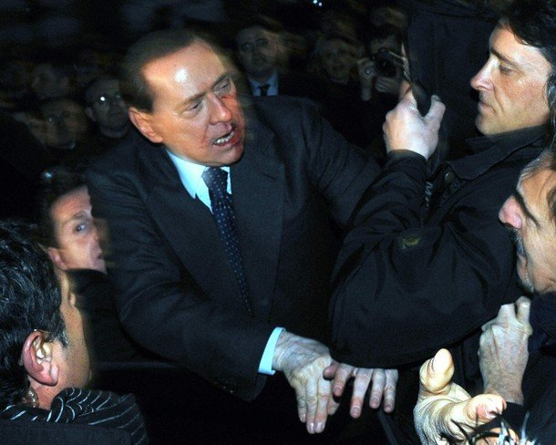 Берлускони получил по зубам (6 фото)