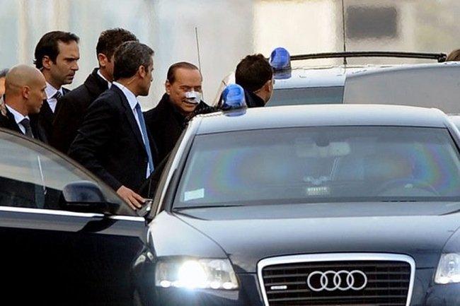Берлускони выписали из больницы (4 фото)