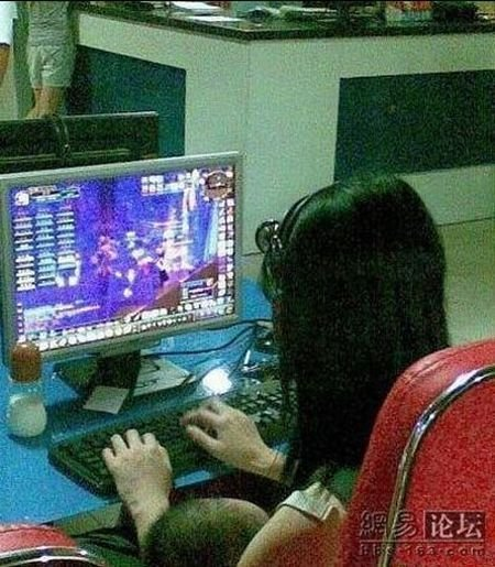 Девушка в компьютерном клубе (4 фото)