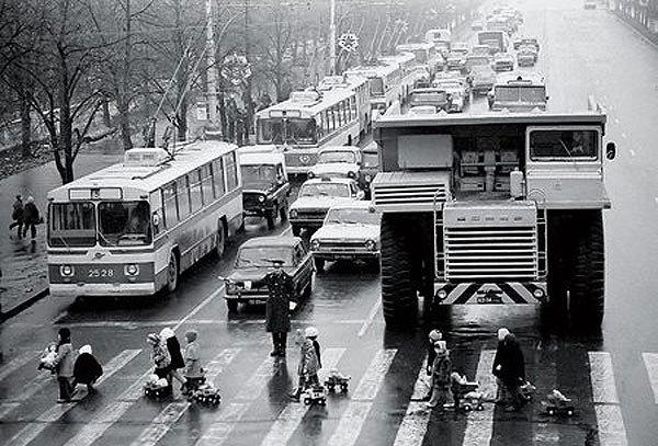 Сборка БелАЗа (16 фото)