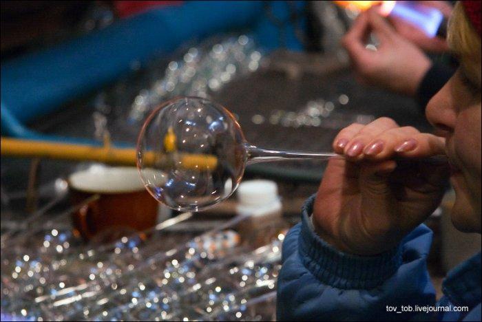 Как делают новогодние игрушки (42 фото)
