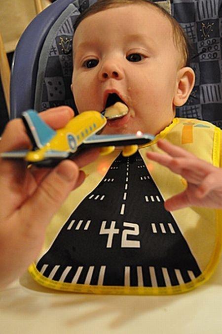 Летит в ротик самолетик (4 фото)