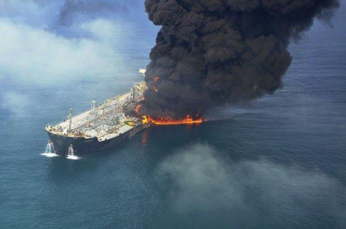 Столкновение танкера и контейнеровоза возле Дубая (5 фото)
