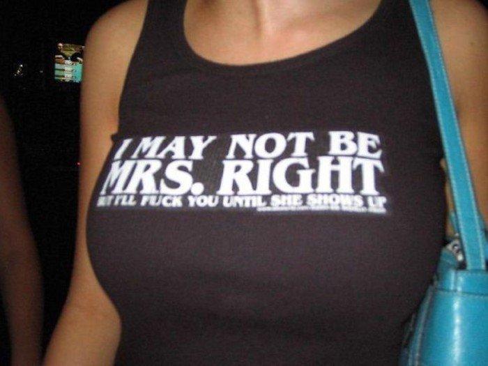 Надписи у девушек на футболках (15 фото)