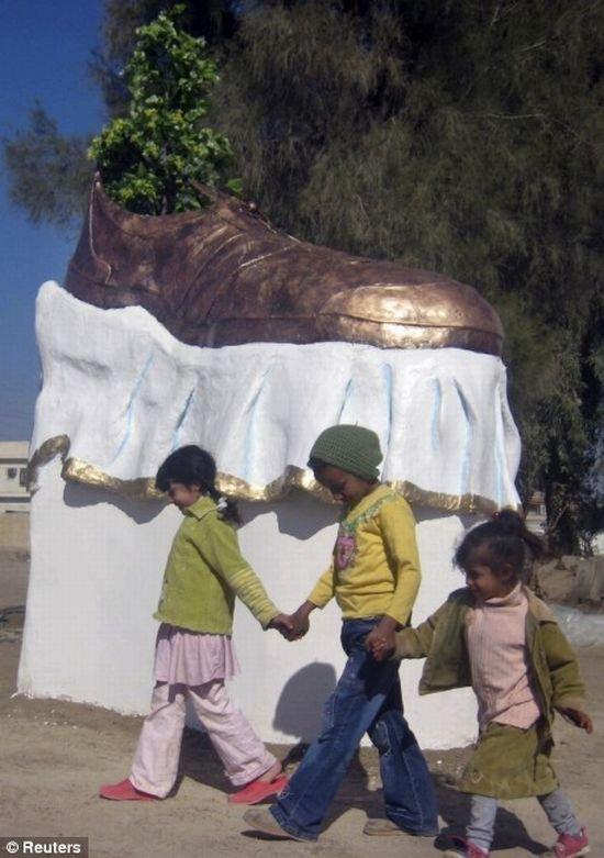 Памятник ботинку (3 фото)