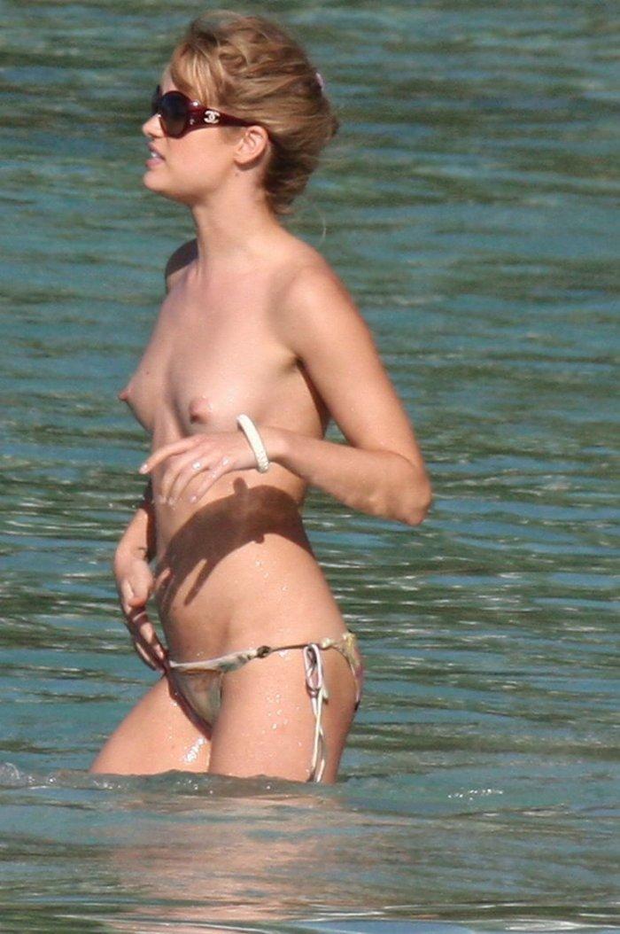 Julie Ordon на пляже топлесс (16 фото)