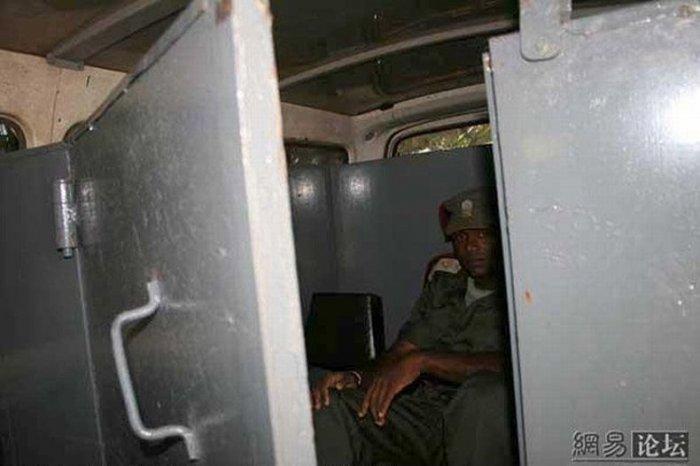 Броневик в африке (8 фото)