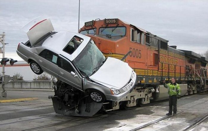 Поезд против авто (2 фото)