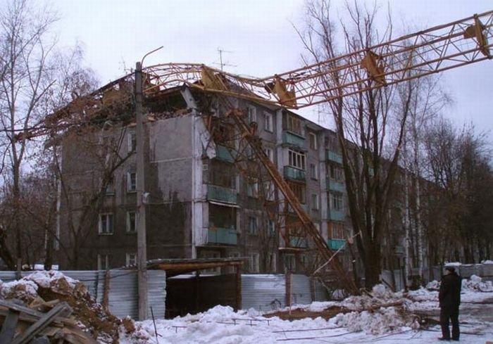 В Нижнем Новгороде упал кран (6 фото)