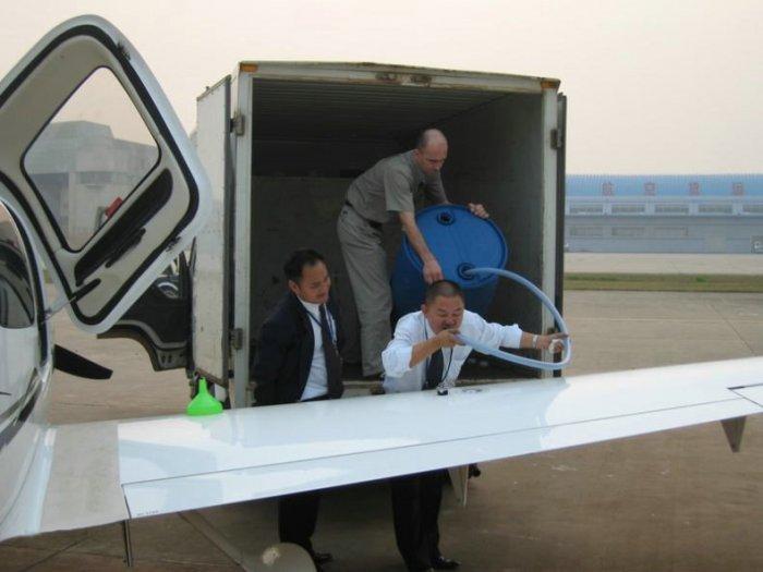 Как заправляют самолеты в Японии и Китае (3 фото)