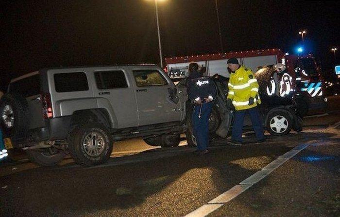 Авария мальенького и большого автомобилей (7 фото)