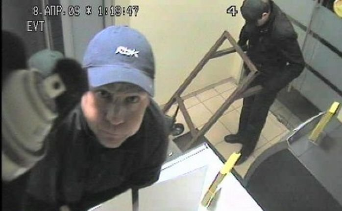 В Питере украли банкомат (4 фото)