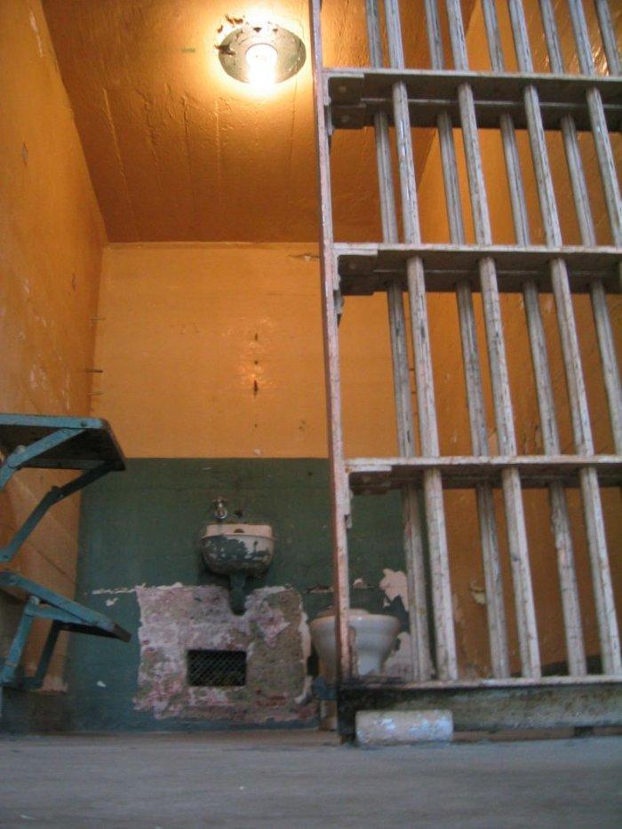 Камеры, где сидель Аль Капоне (3 фото)