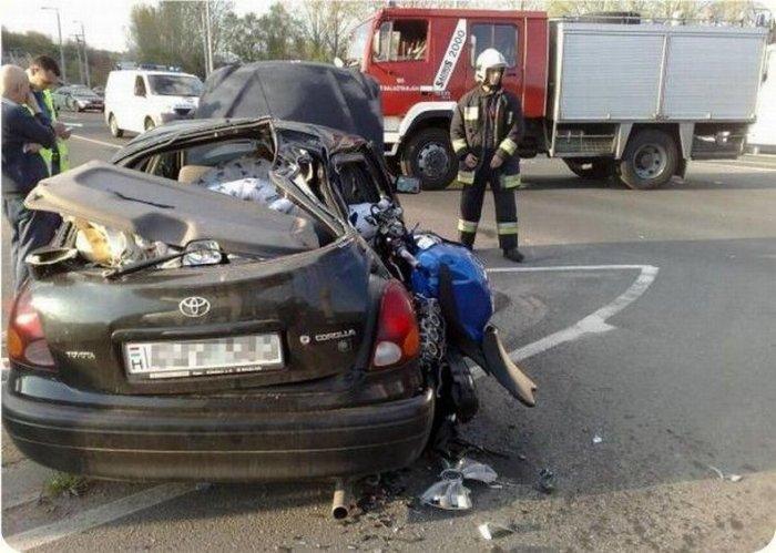 Байк врезался в автомобиль (5 фото)