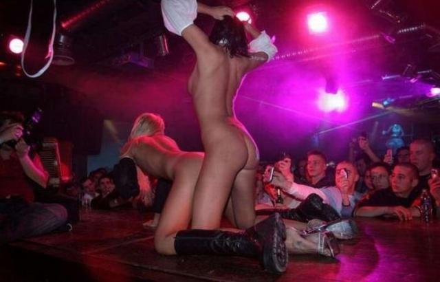 Классный стриптиз в клубе (20 фото)