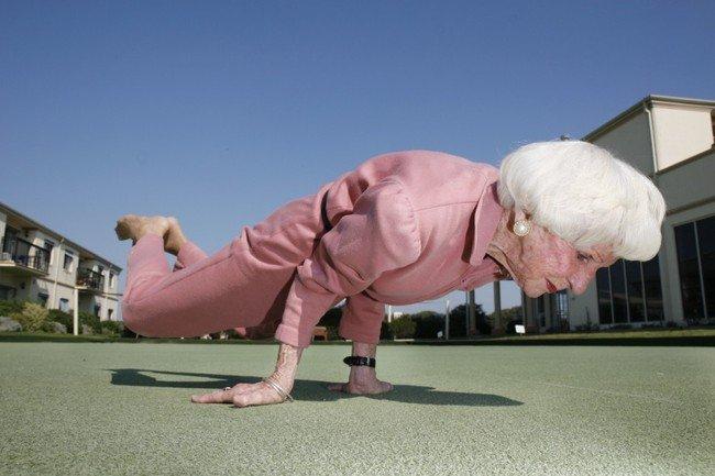 Бабушка-йог (3 фото)