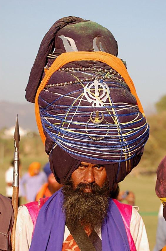 Огромные индийские шапки (13 фото)