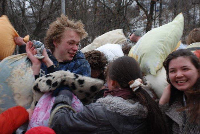 Драка подушками на Воробьевых горах (23 фото)
