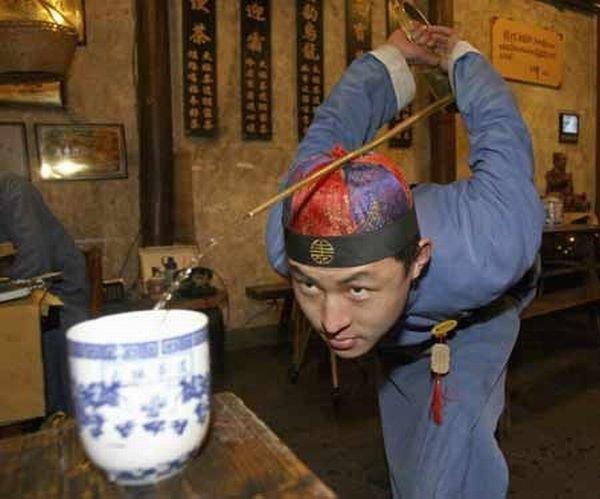 Как наливают чай в Китае (5 фото)