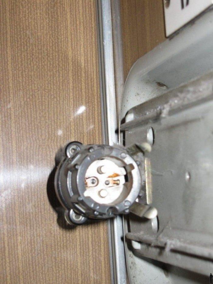 Розетка в поезде (4 фото)