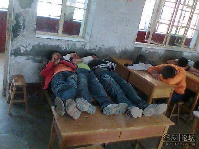 Тихий час в китайской школе (4 фото)