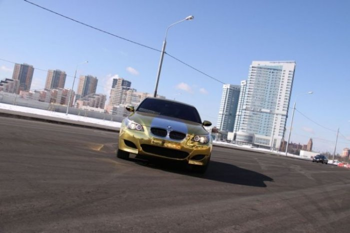 В Москве появился позолоченный BMW M5 (12 фото)