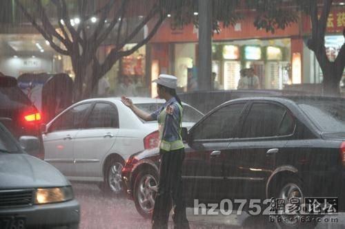 Девушка-гаишник в Китае (6 фото)