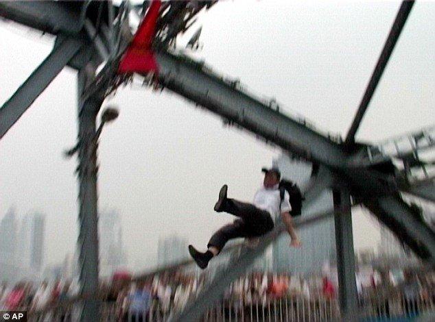 Помог самоубийце (4 фото)