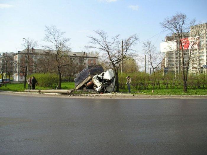 Газель снесла столб (5 фото)