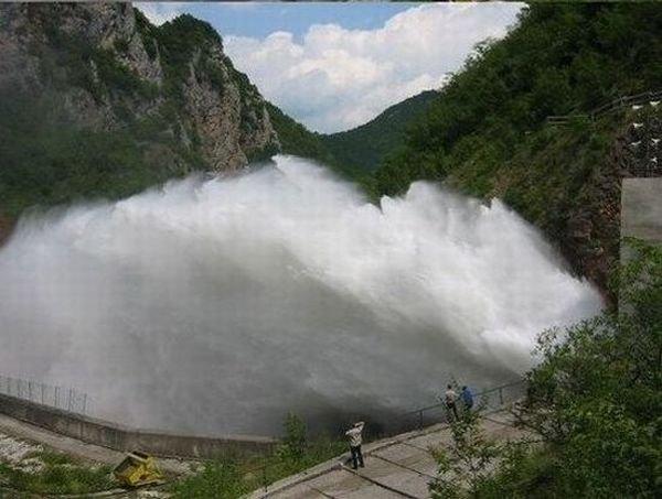 Прорыв плотины (3 фото)