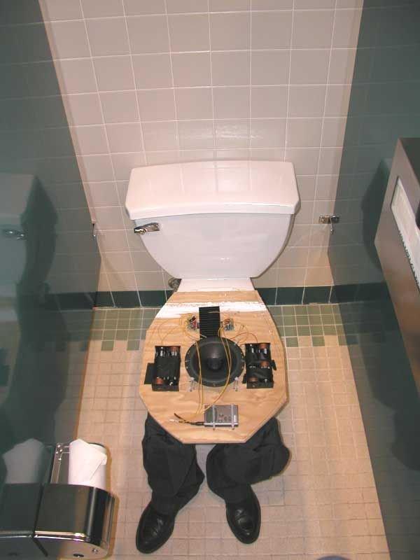 Прикол в туалете (2 фото)