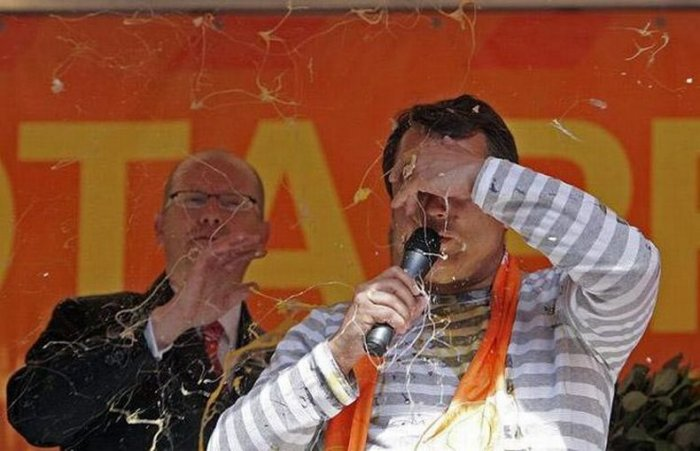 Политиков забросали яйцами (13 фото)