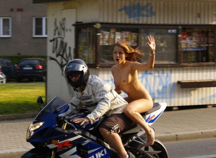 Голышом на мотоцикле (7 фото)